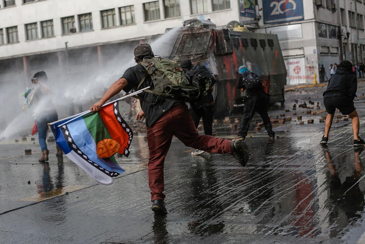 La rebelión de octubre. Manifestantes en las calles de Concepción (Chile) enfrentando a las fuerzas represivas