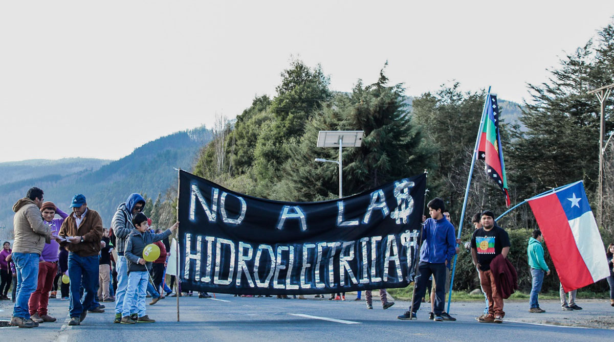 """Integrantes del Movimiento en Defensa de los Ríos del Valle de Elicura"""" se toman la carretera P-60 que une Contulmo y Cañete."""